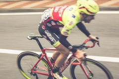 Pro cycliste rapide à Milan Sanremo image stock