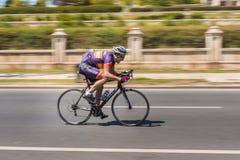 Pro cycliste sur la course de vélo Images stock