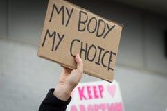 Pro démonstration de condition parentale prévue de choix tenant le signe Photos libres de droits