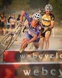 Pro Damian Schmitt causa um crash Cyclocross pro Fotos de Stock Royalty Free