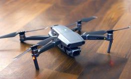 Pro DJI zangão de Mavic 2 na terra, no UAV novo do prosumer para a fotografia e no vídeo imagens de stock royalty free