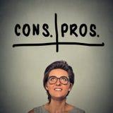 Pro - e - contro, pro e contro il concetto di discussione Fotografia Stock