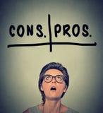Pro - e - contro, pro e contro il concetto di discussione Decisione di Woma Immagini Stock Libere da Diritti