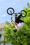 Pro-Fahrrad-Wettbewerb Rider Flips Upside Down Ins BMX Lizenzfreie Stockfotografie