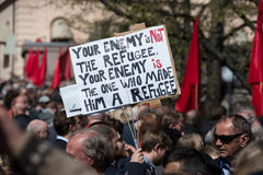 Pro-Flüchtling berichtigt Zeichen an der Protestdemonstration Lizenzfreie Stockfotografie