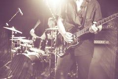 Pro-gitarrist i levande konsert royaltyfria bilder