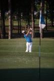 Pro golfista uderza piaska bunkieru strzał Zdjęcie Royalty Free