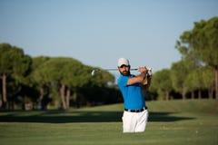 Pro golfista uderza piaska bunkieru strzał Obraz Royalty Free
