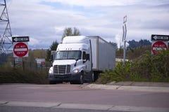 Pro grande camion dei semi dell'impianto di perforazione con la carrozza di giorno che trasporta buon commerciale Fotografie Stock