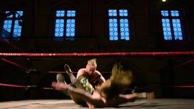Pro het Worstelen Gelijke: De Exorbitante ` Slag van worstelaarsklappen ` op Tegen langzame motie stock videobeelden