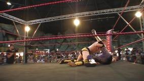 Pro het Worstelen Gelijke: De Slag van Backflip van worstelaarsklappen van Kabels stock videobeelden