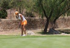 Pro jogador de golfe Carly Booth das senhoras que prepara o tiro por muito tempo posto em Novembe Imagem de Stock Royalty Free