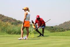 Pro jogador de golfe Carly Booth das senhoras que prepara-se para pôr dentro novembro de 2015 Fotografia de Stock Royalty Free