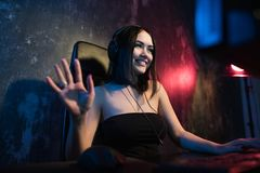 A pro menina amigável bonita do Gamer faz o córrego de Gameplay do jogo de vídeo, os auriculares vestindo falam e conversam com s fotografia de stock royalty free