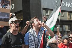 Pro-palästinensische Demonstranten wetteifern die jüdische Brigade Stockbild