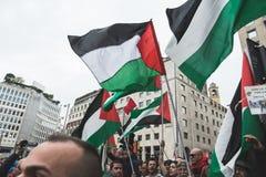 Pro-palästinensische Demonstranten wetteifern die jüdische Brigade Stockfotos
