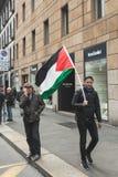 Pro-palästinensischer Demonstrant, der die jüdische Brigade wetteifert Stockbilder