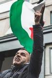 Pro-palästinensischer Demonstrant, der die jüdische Brigade wetteifert Lizenzfreie Stockfotos