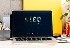 Pro présentation Nike Apple Watch de barre de contact de Macbook Images stock
