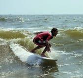 Pro praticare il surfing immagini stock libere da diritti