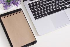 Pro retina de Apple Macbook em uma mesa com artigos de papelaria Modelo para o decalque, projeto da etiqueta Escritório na moda,  foto de stock royalty free