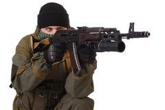 Pro-russischer Milizsoldat mit Kalaschnikow Ak-47gewehr mit Unterfassgranatwerfer stockfotos