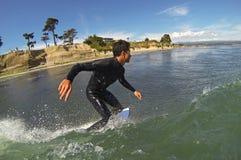 Surfare Noi Kaulukukui som surfar i Santa Cruz, Kalifornien Royaltyfri Fotografi