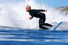 Pro-surfare Ryan Augenstein Riding en våg i Kalifornien Royaltyfria Bilder