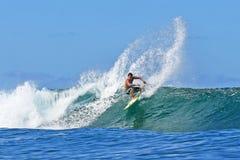 Pro Surfer Kekoa die Cazimero in Hawaï surft royalty-vrije stock fotografie