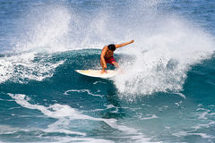 Pro Surfer Keoni die Nozaki in Hawaï surft stock foto's