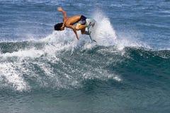 Pro Surfer Takumi die Nakamura in Hawaï surft royalty-vrije stock afbeelding
