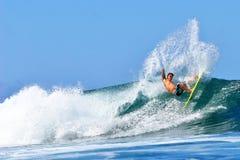 Pro surfista Kekoa Cazimero che pratica il surfing in Hawai Immagine Stock