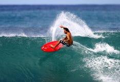 Pro surfista Mike Latronic che pratica il surfing in Hawai immagine stock