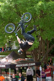 Pro-Trick Rider Goes Upside Down Performings BMX in Konkurrenz Lizenzfreie Stockfotos