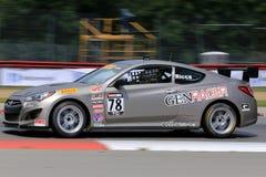Pro voiture de course de Hyundai Genesis Coupe 20T sur le cours Photographie stock libre de droits
