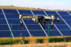 Pro zangão de DJI Mavic acima dos painéis solares Foto de Stock Royalty Free
