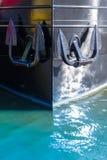 Proa de um barco com duas âncoras Foto de Stock