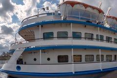 Proa do navio de cruzeiros do rio com barcos salva-vidas imagens de stock