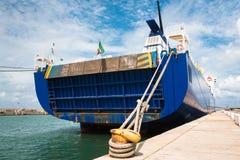 A proa e a corda do ` s do barco amarradas ao amarelo oxidaram poste de amarração fotos de stock