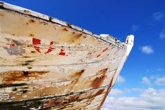 Proa oxidada en la playa foto de archivo