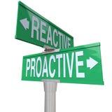 Proaktivt Vs återverkande tvåvägsvägmärken välj handling Arkivfoton