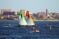 ProAM 32 catamarans die in de baai van Alicante opleiden Stock Foto