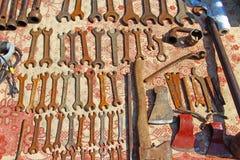 Probabilidades e extremidades em uma tenda da feira da ladra Rusty Tools imagens de stock