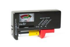 Probador de la batería con la pila AA fotografía de archivo