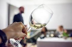 Probar el vino blanco foto de archivo