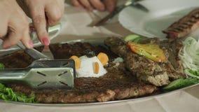 Probar la carne asada a la parrilla almacen de video