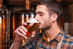 Probar la cerveza elaborada fresca Fotos de archivo