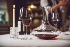 Probe des Dienens des Rotweins Lizenzfreie Stockfotos