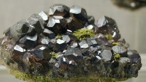 Proben des Felsens oder der Mineralfelsen, die im Museum von Geologie dargestellt werden, stellten sich in einer einzelnen Kopie  stock video footage