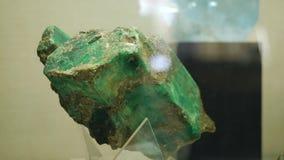 Proben des Felsens oder der Mineralfelsen, die im Museum von Geologie dargestellt werden, stellten sich in einer einzelnen Kopie  stock video